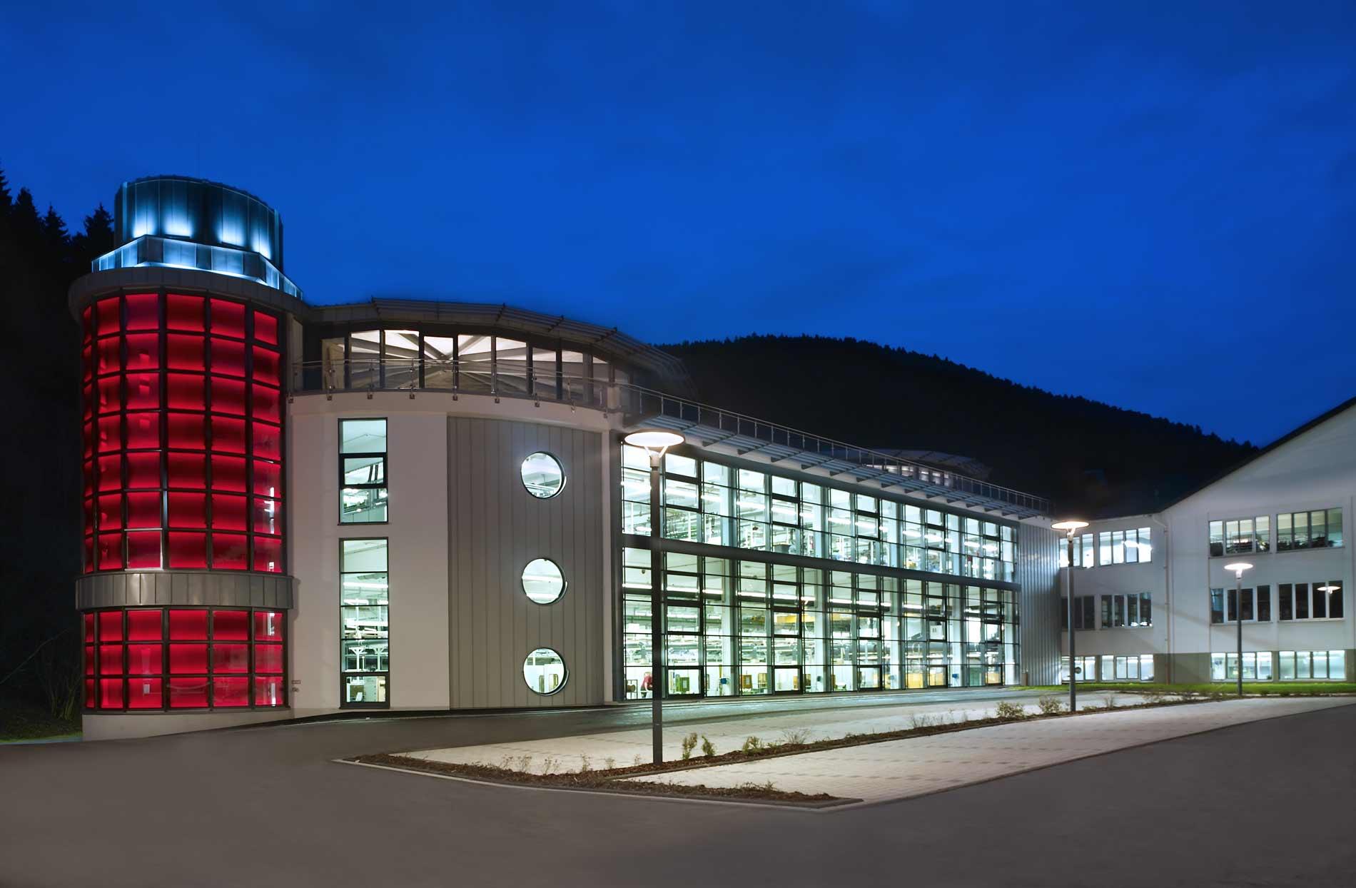 Wir errichten Industriehallen und Fundamentanlagen, Produktionsanlagen oder Bürogebäude.